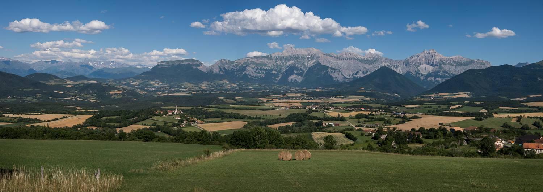 Le plateau du Trièves, et ses villages, est bordé par le massif du Dévoluy à l'est, avec notamment l'Obiou.